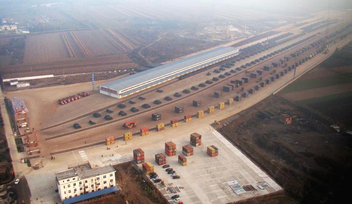 自有六条万吨大列铁路专用线及复合型场站.jpg